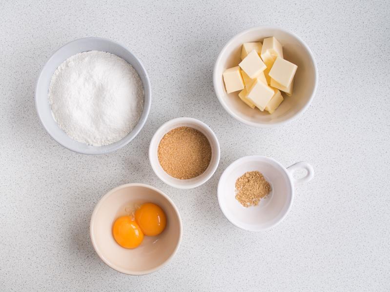 maka, imbir, cukier trzcinowy, zimne maslo i żółtka