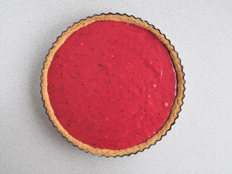 spód tarty z kruchego ciasta wypełniony musem żurawinowym