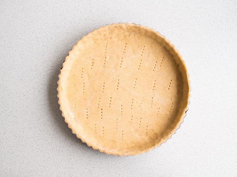 forma do tarty wyłożona ciastem kruchym, ciasto nakłute widelcem