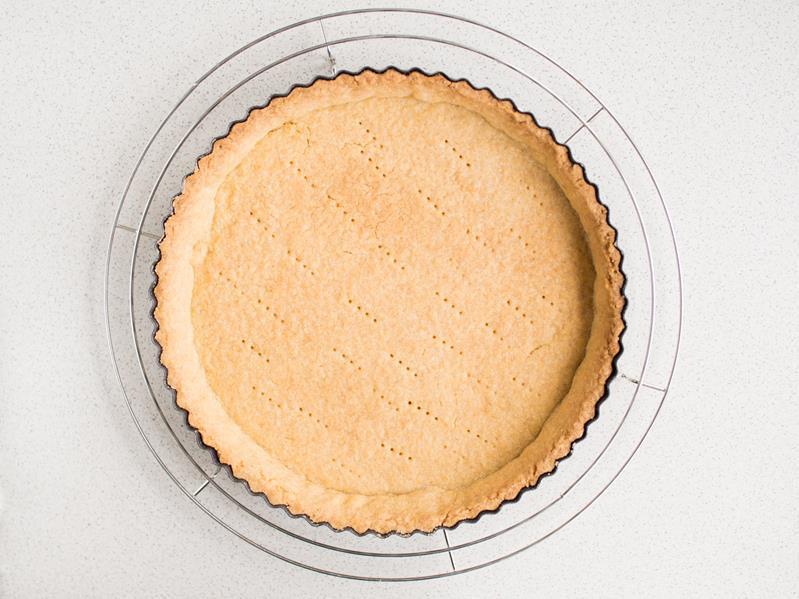upieczony spód z ciasta kruchego na tartę