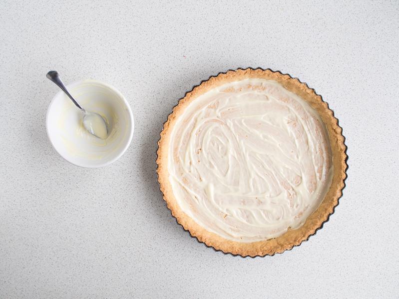 spód z kruchego ciasta posmarowany białą czekoladą