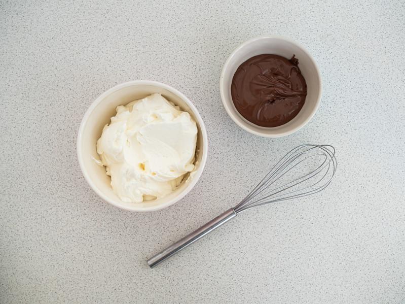 krem śmietanowy i czekoladowy w miseczkach