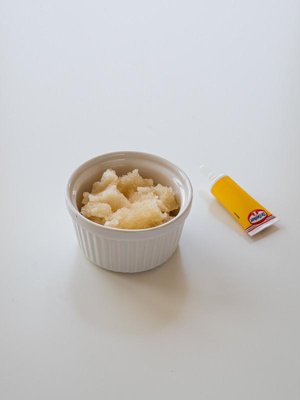 żelatyna w miseczce i barwnik spożywczy na blacie