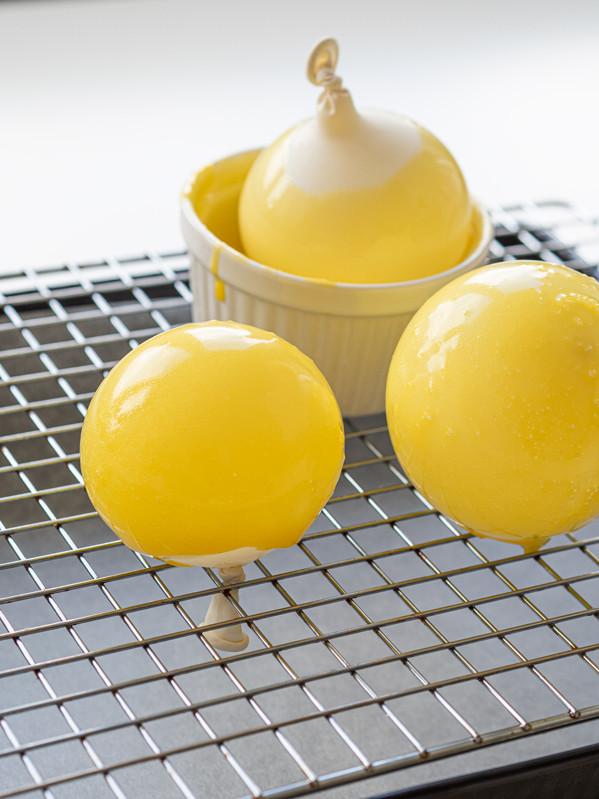 żółte baloniki na kratce