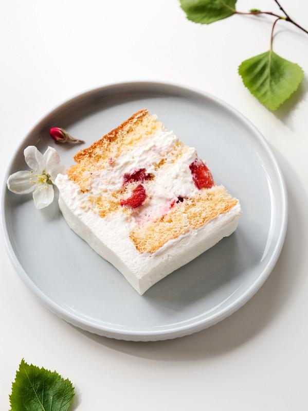 Kawałek tortu z truskawkami na Komunię
