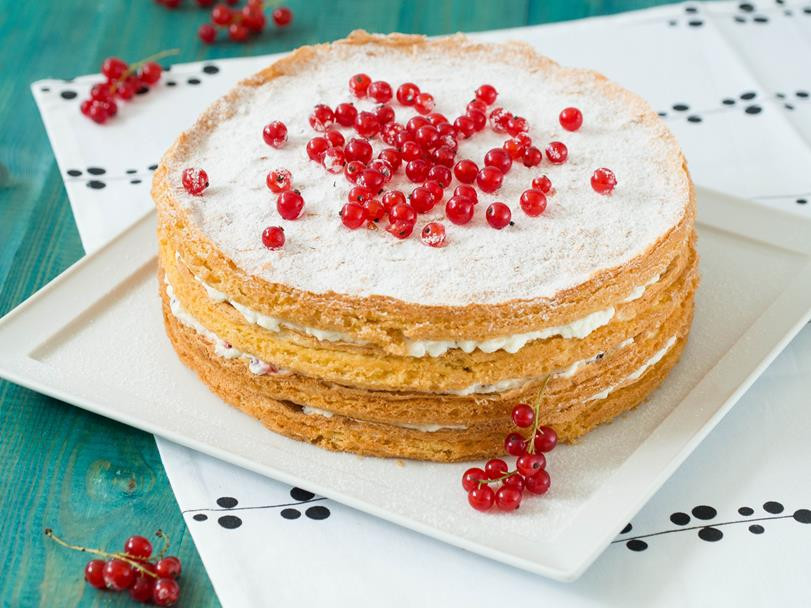 Tort z bitą śmietaną i porzeczkami