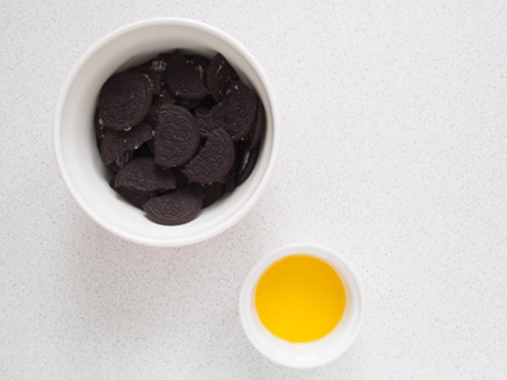 ciemne ciastka i masło na spód sernika