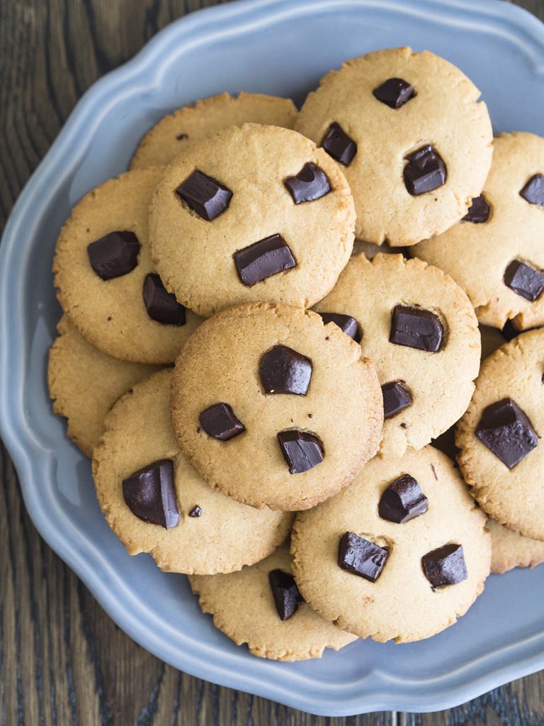 ciasteczka kajmakowe z czekolada na talerzu
