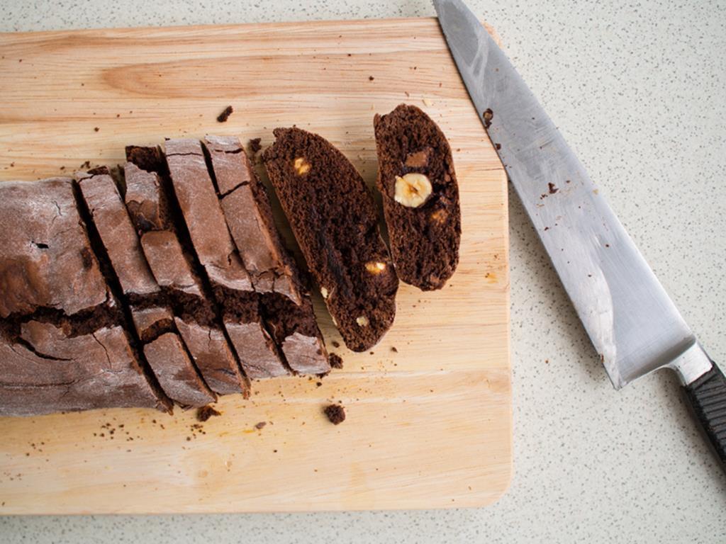 ciasto czekoladowe z orzechami pokrojone na kawałki
