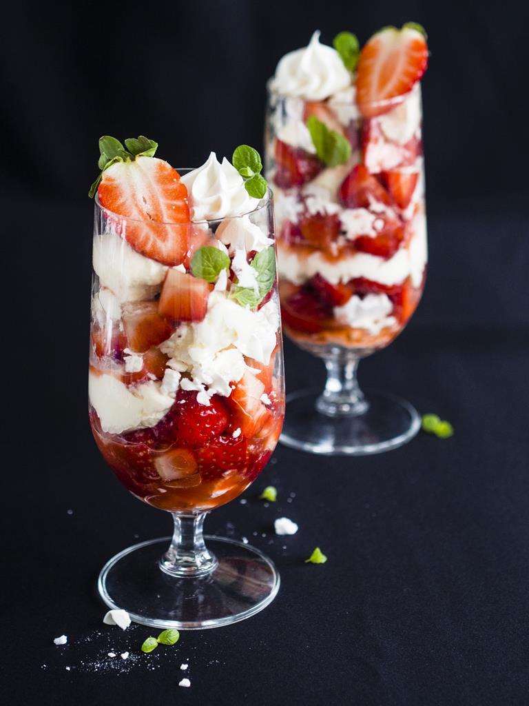 deser truskawkowy eton mess w wysokich szklankach