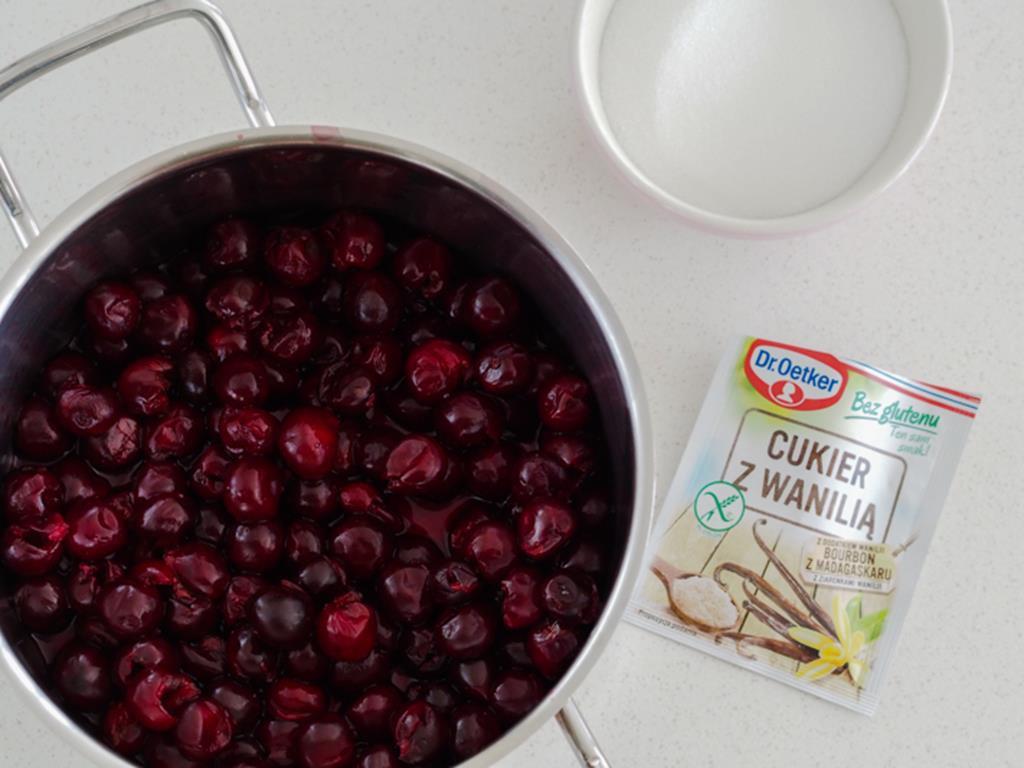 wydrylowane wiśnie w garnku, cukier z wanilią bez glutenu Dr. Oetkera, cukier w miseczce