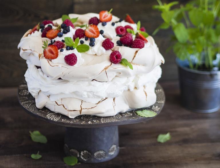 Tort bezowy z kremem i sezonowymi owocami