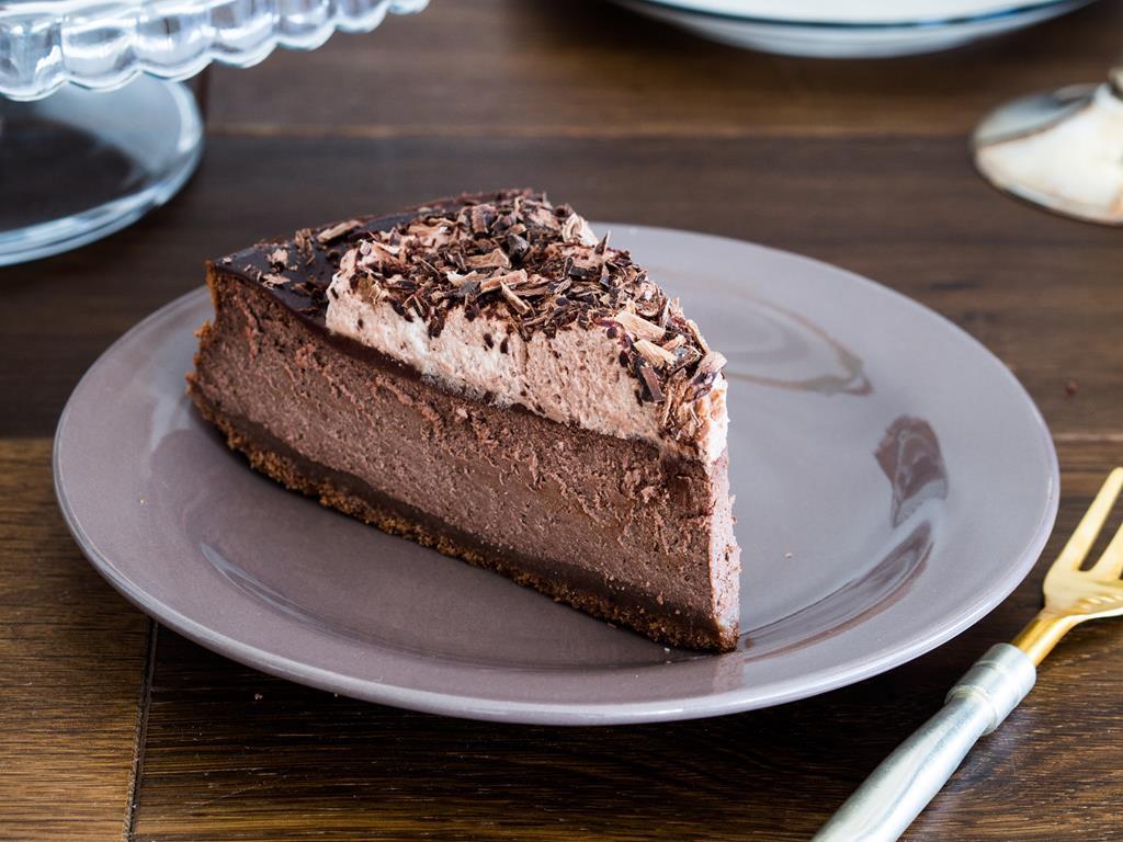 Mocno czekoladowy sernik na talerzyku