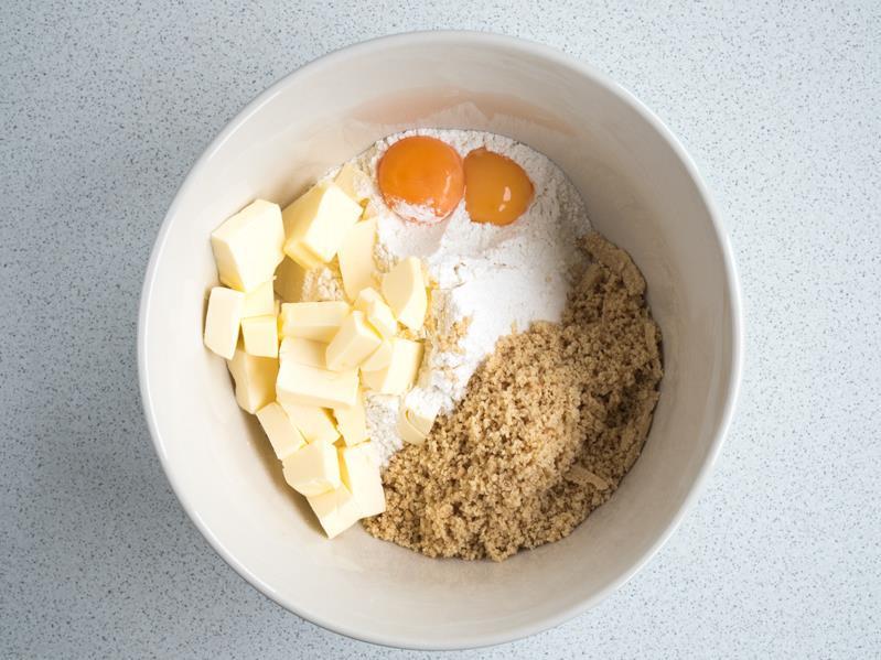 orzechy, mąka pszenna, masło, żółtka, woda, sól w misce