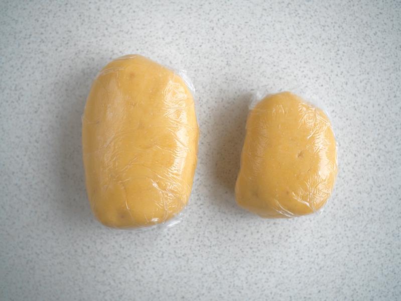 dwie porcje zagniecionego ciasta w folii spożywczej