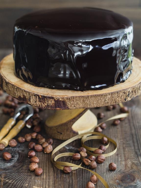 Tort czekoladowo-orzechowy z błyszczącą glazurą