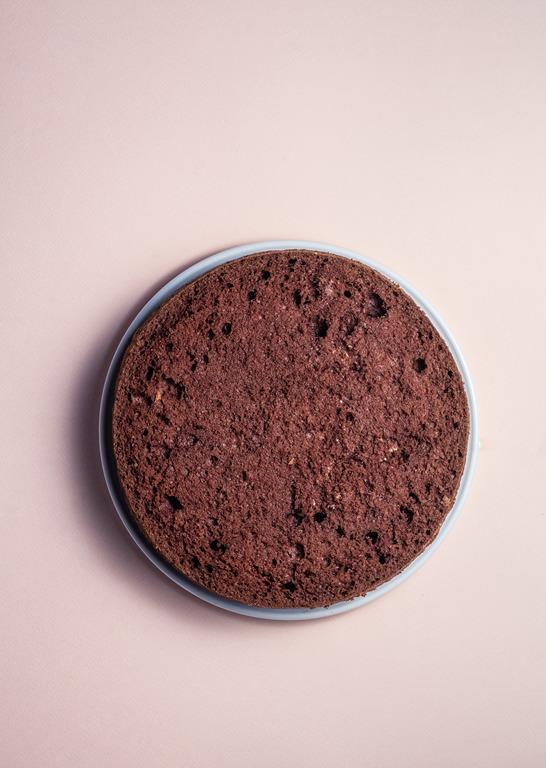 biszkopt genueński ciemny na talerzu