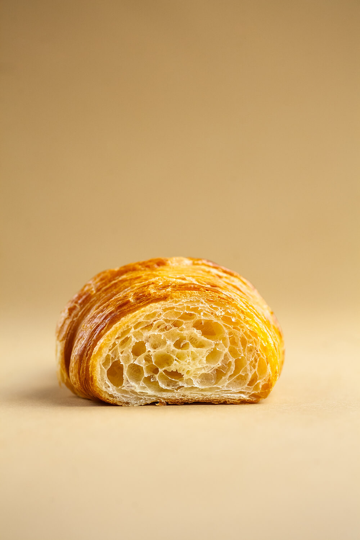 Przekrojony croissant z ciasta półfrancuskiego.