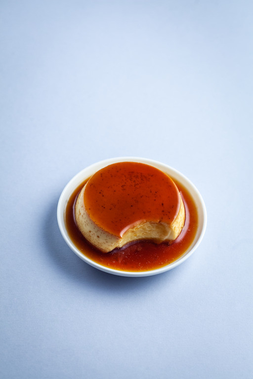 Crème caramel (krem karamel) z sosem karmelowym na górze i na bokach deseru
