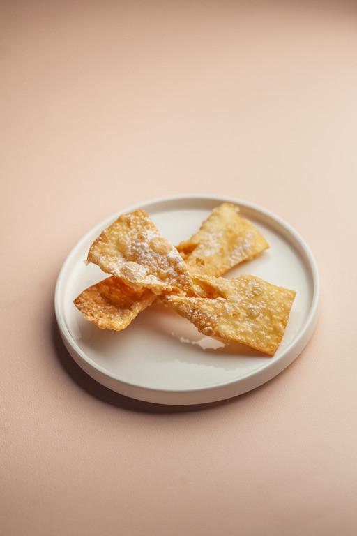 Faworki na białym talerzyku.