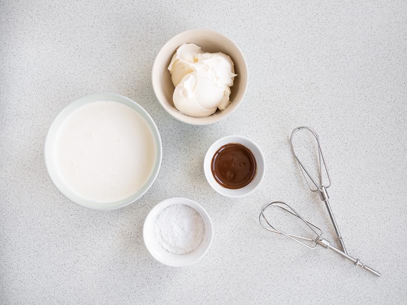 serek mascarpone, śmietanka, cukier puder, kawa w miseczkach