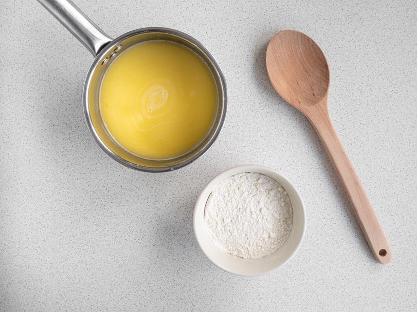 gotowy płyn maślany w rondelku, mąka w miseczce