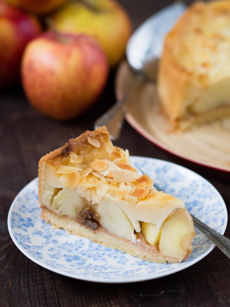 Kawałek tortu jabłkowego na talerzyku