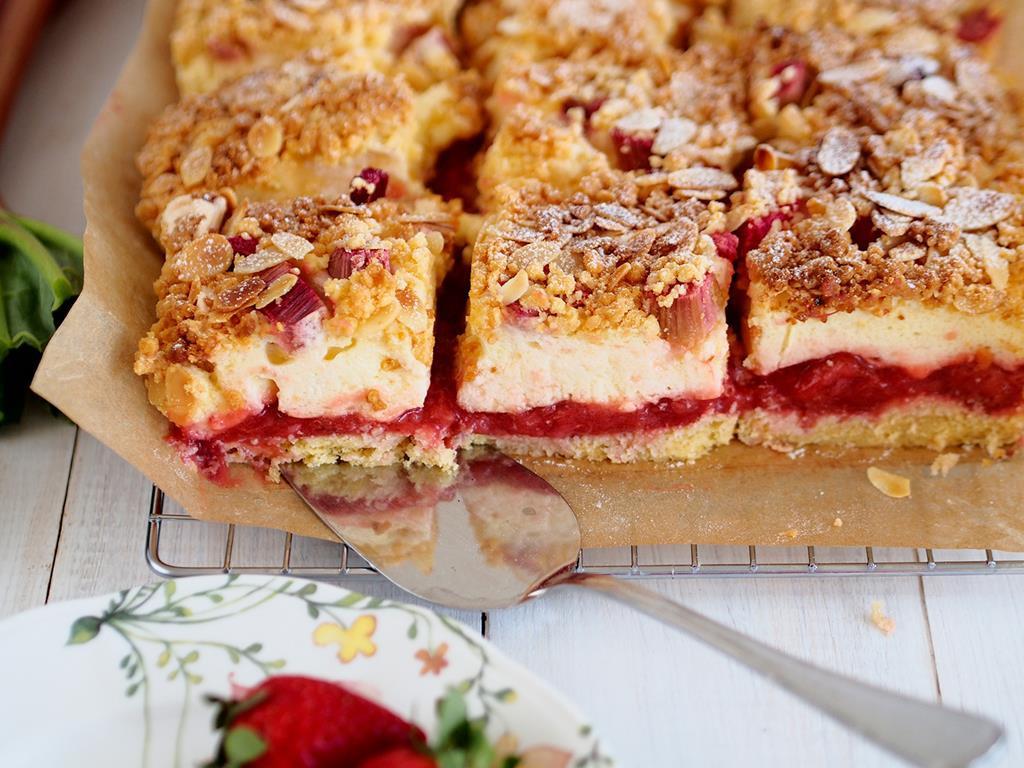 kruche ciasto z pianką , truskawkami, rabarbarem i płatkami migdałów