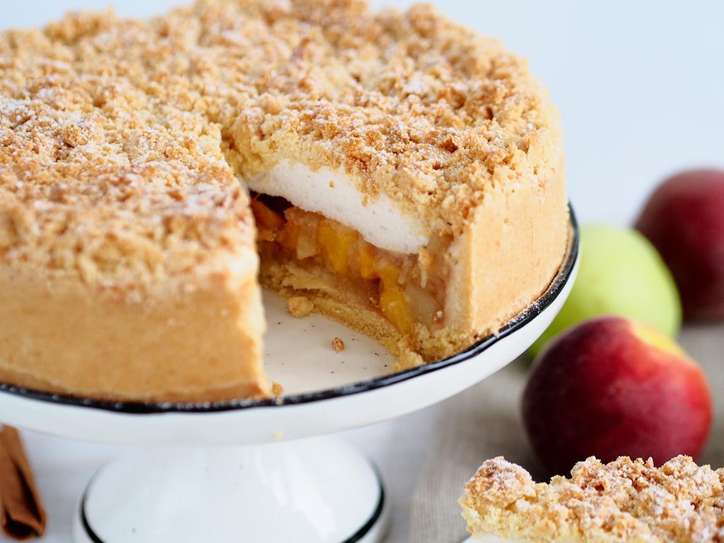 szarlotka na kruchym spodzie z jabłkami prażonymi z cynamonem i brzoskwiniami oraz z bezą i kruszonką na wierzchu - wszystkiego słodkiego
