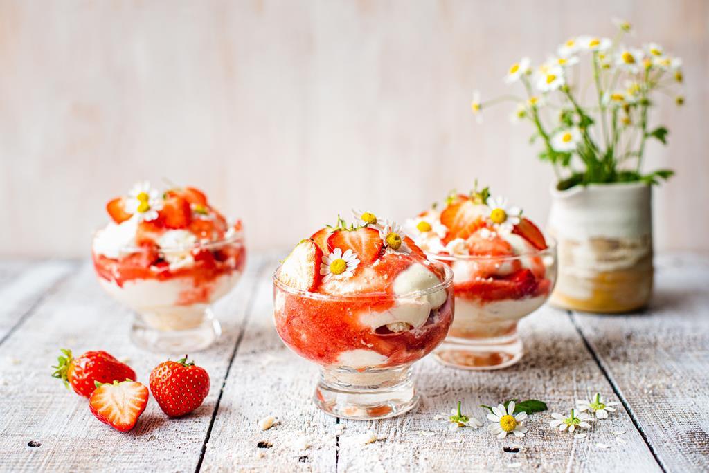 Eton mess - tradycyjny angielski deser z truskawkami, bitą śmietaną i bezikami