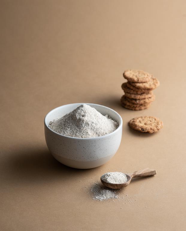 Mąka owsiana w miseczce i ciasteczka owsiane.