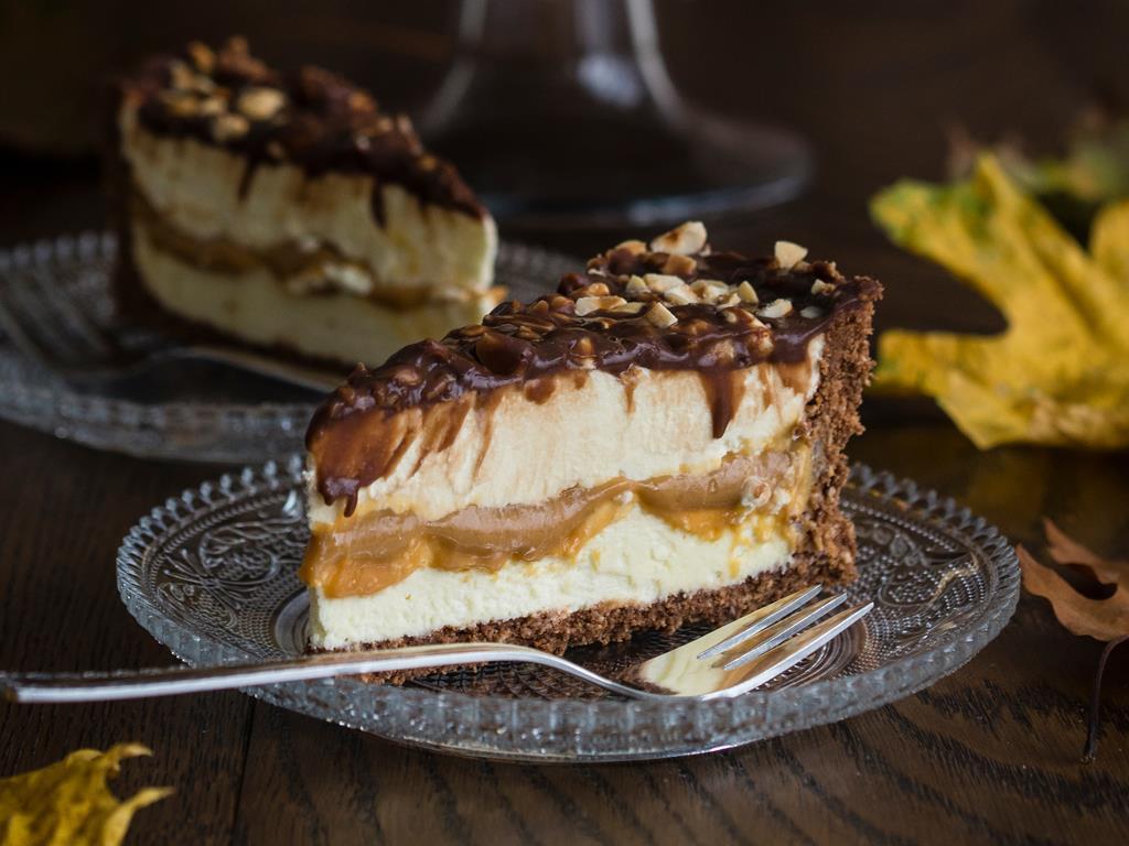 ciasto mleczna kanapka przełożony karmelem z polewą czekoladową i orzeszkami
