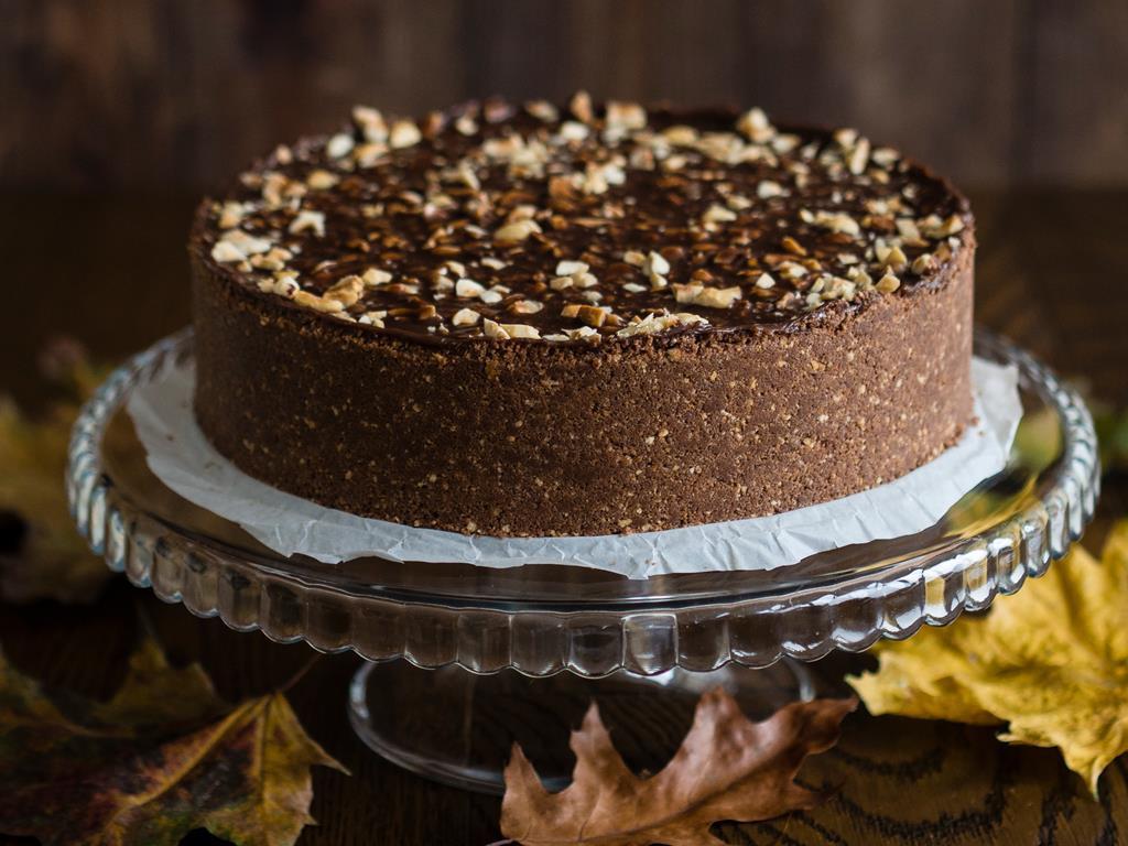 ciasto mleczna kanapka z mlecznym kremem, polewą czekoladową i orzeszkami