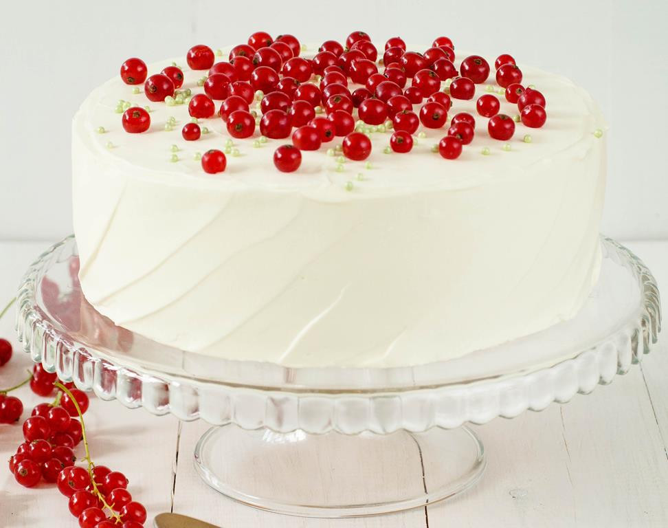 lekki tort z czerwoną porzeczką na biszkopcie przełożonym kremem śmietankowym oraz frużeliną z czerwonej porzeczki, wykończonym ubitą śmietanką, czerwoną porzeczką i zielonymi perełkami cukrowymi - Wszystkiego Słodkiego