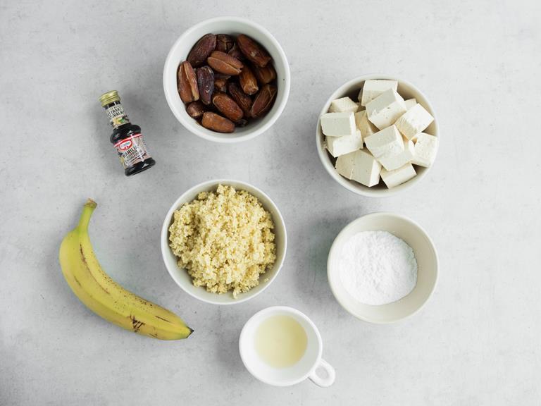 składniki na tofurnik na blacie w miseczkach