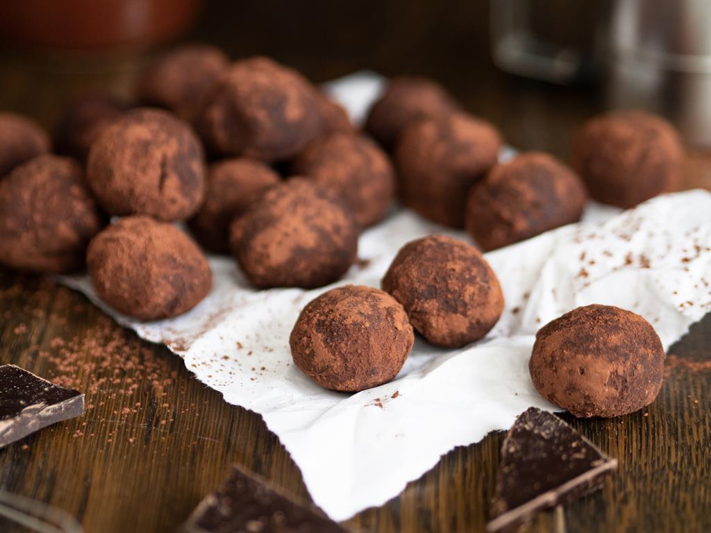 trufle czekoladowe z mascarpone i orzechami w kakao