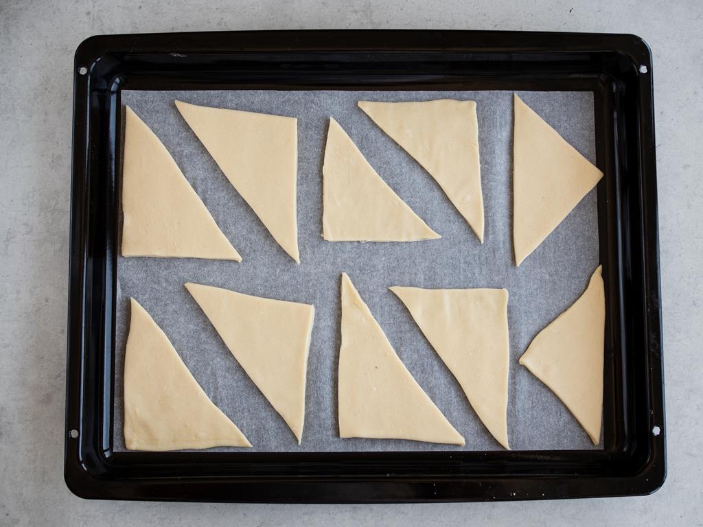 Ciasto francuskie pokrojone na kształt trójkątów