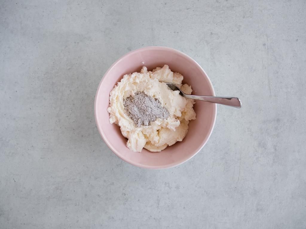 Ricotta z cukrem pudrem i cukrem z wanilią w różowej miseczce