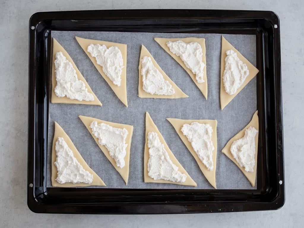 Trójkąciki z ciasta francuskiego pokryte ricottą