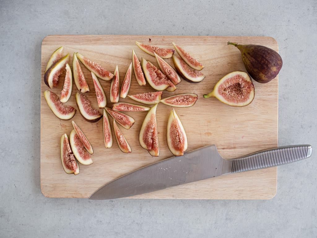 Pokrojone figi na drewnianej desce