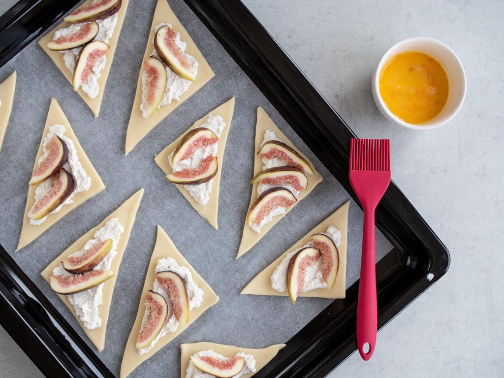 Trójkąciki z ciasta francuskiego z ricottą i figami na blaszce do pieczenia