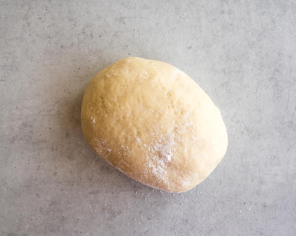 Zagniecione ciasto na galette oprószone mąką