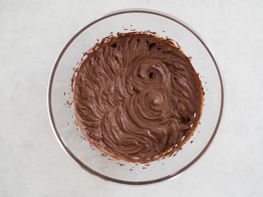 Krem czekoladowy ubity mikserem w szklanej misce