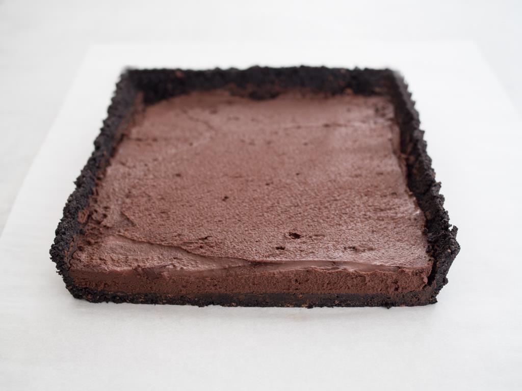 Krem przełożony na czekoladowy spód tarty