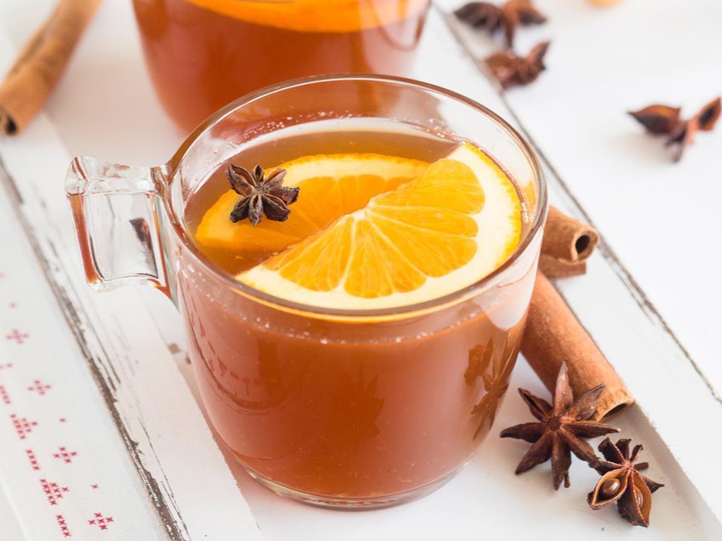 kompot z suszu z wanilią w szklankach, udekorowany plasterkami pomarańczy i gwiazdką anyżu - wszystkiego słodkiego