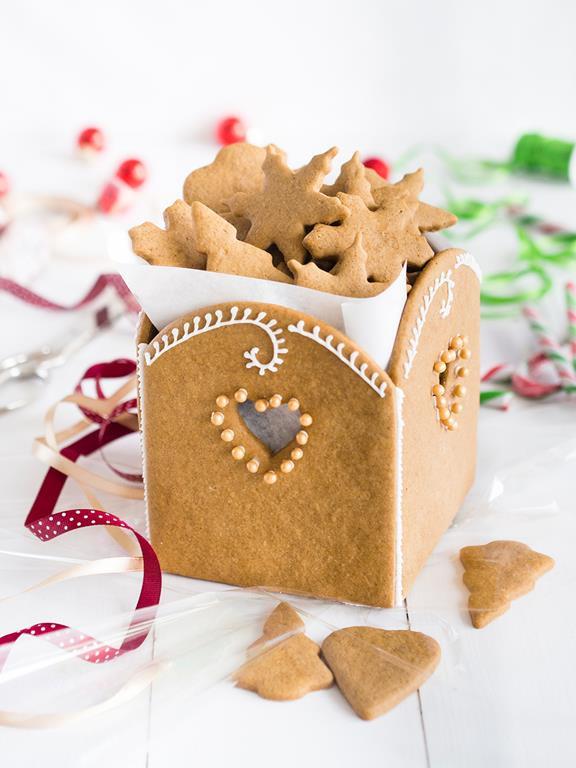 Piernikowe pudełeczko udekorowane lukrem i perełkami z pierniczkami w środku.