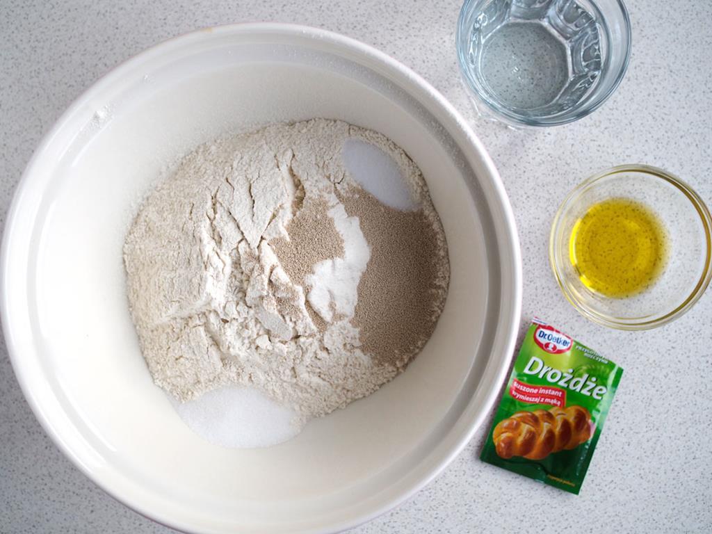 mąka, drożdże suszone instant, sól, oliwa, ciepła woda