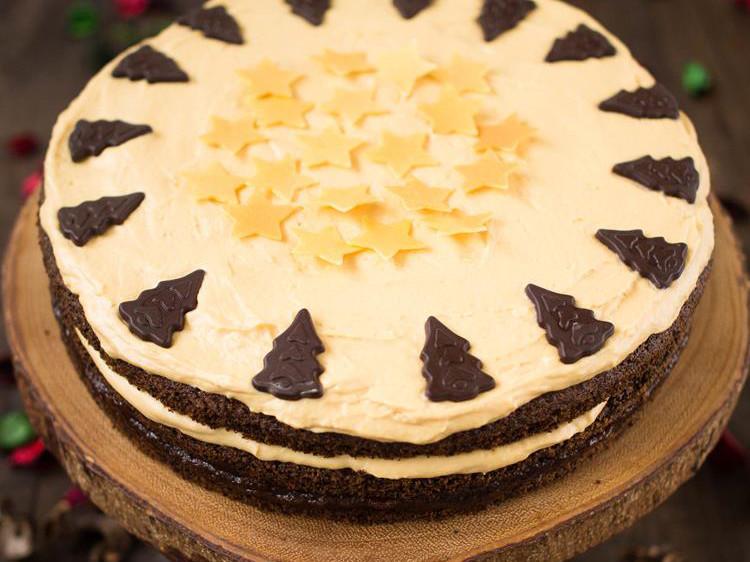 tort makowy z kremem budyniowym, galaretką porzeczkową i czekoladowymi dekoracjami - wszystkiego słodkiego