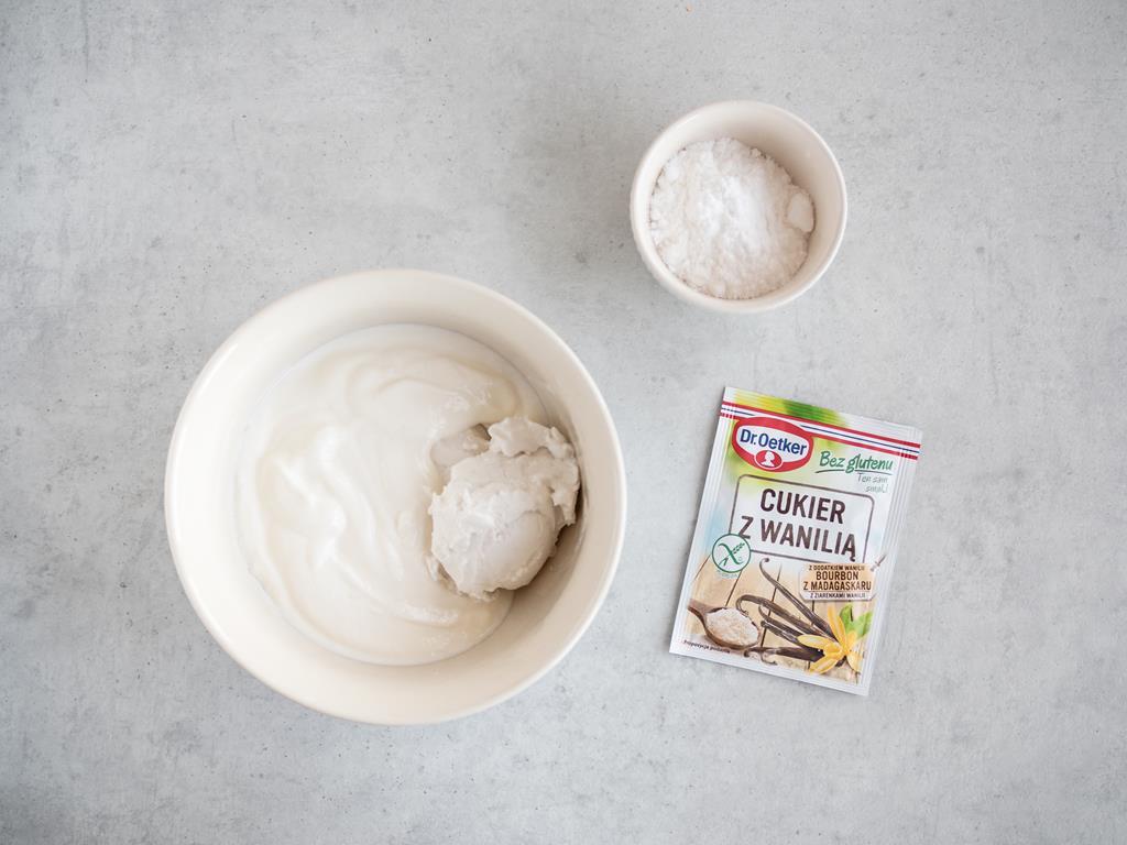 Śmietanka z mleczka kokosowego z jogurtem, cukrem z wanilią Dr. Oetkera i cukrem pudrem.