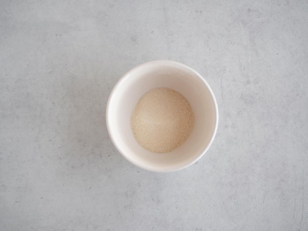 Żelatyna w proszku namoczona w zimnej wodzie.